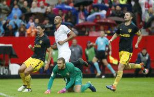 Gabi, Savic y Oblak lamentando el gol de N'Zonzi