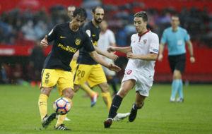 Tiago disputando un bal�n en el encuentro frente al Sevilla