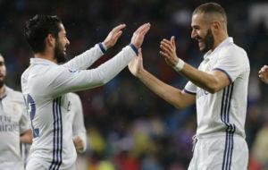 Benzema celebra con Isco el primer gol del Madrid ante el Athletic
