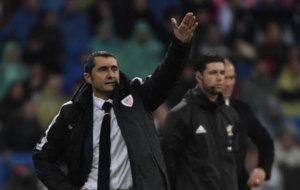 Valverde da instrucciones a los suyos en el Bernab�u.