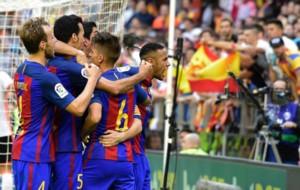 Neymar se dirige a la grada mientras el resto festeja el gol