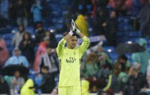 Keylor Navas, aplaude a la afici�n tras el encuentro ante el Athletic...