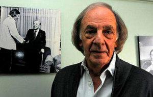 Menotti, en una imagen de archivo, con un cuadro en el que saluda a...