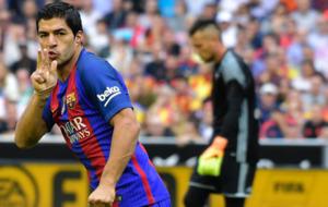 Luis Su�rez celebrando su gol ante el Valencia en Mestalla