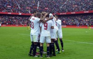 Los jugadores del Sevilla celebran el gol al Atl�tico.