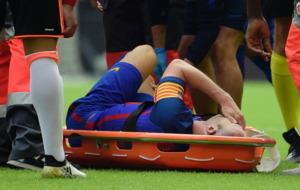 Iniesta se duele en la camilla despu�s de caer lesionado en Mestalla