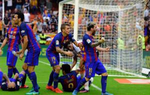 Digne separa a Messi de la afici�n del Valencia