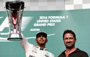 Hamilton celebra su victoria en Austin con el actor Gerard Butler en...