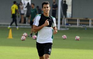 Mandi, en un entrenamiento con el Betis.