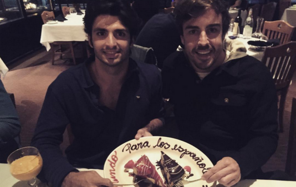 Alonso y Sainz comparten el postre de la cena después de la carrera...