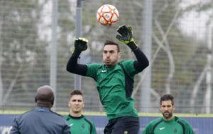 Roberto salta en un ejercicio durante un entrenamiento en Sant Adri�