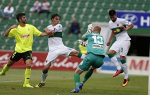 Pelegr�n, entre Caro y Pelayo, en el momento de marcar contra el...
