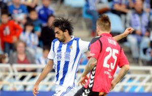 Carlos Martinez ejecuta el centro del primer gol de la Real