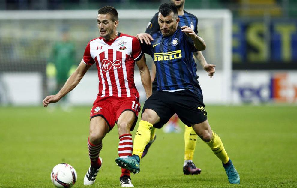 Medel disputa un balón con el jugador del Southampton Dusan Tadic