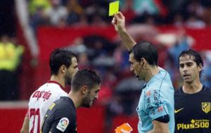 Koke recibe la amarilla en el choque contra el Sevilla
