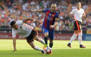 Iniesta, antes de sufrir su lesi�n en el partido ante el Valencia.