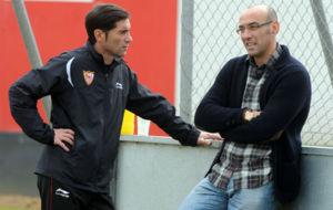 Marcelino y Monchi hablan antes de un entrenamiento en el 2011.