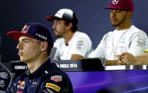 Max Verstappen, en una rueda de prensa con Alonso y Hamilton al fondo