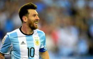 Messi sonr�e en un partido con Argentina.
