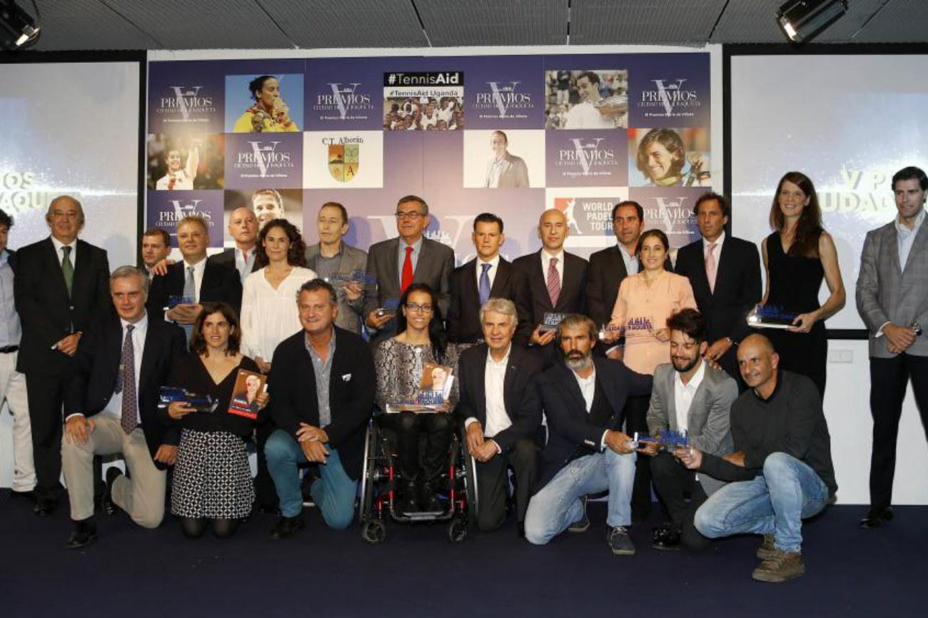 Foto de familia de los galardonados y de quienes les entregaron los...