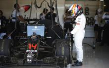 Alonso, junto al McLaren durante el pasado Gran Premio de Estados...