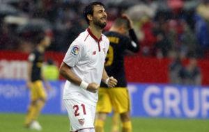 Pareja celebra el gol del Sevilla al Atl�tico.