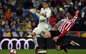 Laporte pugna con Cristiano Ronaldo.