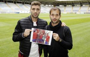 Iv�n y Antonio posando con una foto junto a Carva, Morata y Lucas.