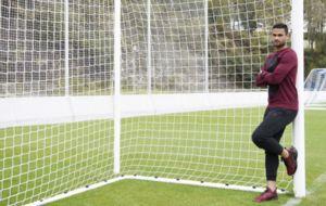 Willian Jos� posa apoyado en un poste tras un entrenamiento.