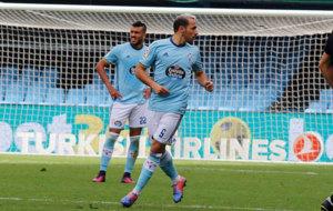 Marcelo Díaz observa hacia su izquierda durante el partido ante el...