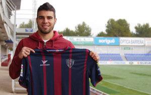Alexander González posa con la camiseta del Huesca en el El Alcoraz.
