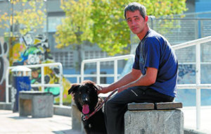 Rub�n y su perro Mundo en los aleda�os del Estadio de Anoeta.