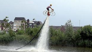 Practicante de 'flyboarding' en una salida de etapa del Tour...