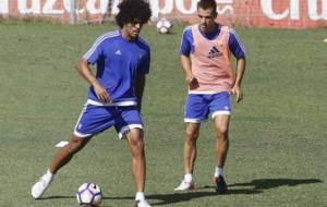 Aridane  y Oliván, durante un entrenamiento del Cádiz en la presente...