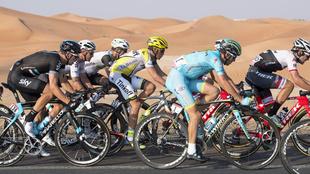 Alberto Contador, con Nicholas Roche a su rueda en el Abu Dhabi Tour.