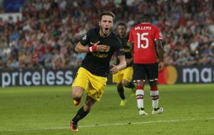 Sa�l celebrando su gol ante el PSV