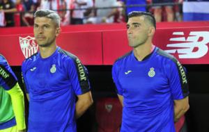 Salva Sevilla y Jos� Antonio Reyes, ante el banquillo del...