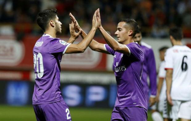Asensio celebra con Lucas su gol ante la Cultural