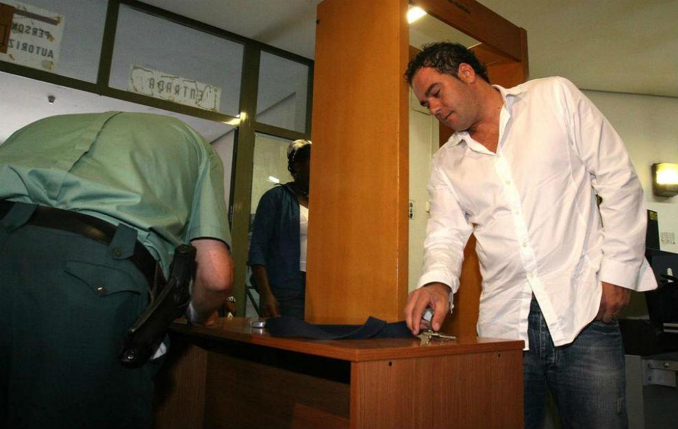 Aitor González deja sus pertenencias antes de entrar a disposición...