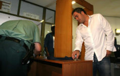 Aitor Gonz�lez deja sus pertenencias antes de entrar a disposici�n...