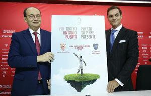 Jos� Castro y Agust�n Alberto N��ez, con el cartel del Trofeo.
