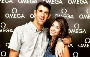 Michael Phelps y Nicole Johnson posan en un acto publicitario.