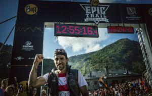 Hernando, en la meta tras ganar el Mundial de Skyrunning.
