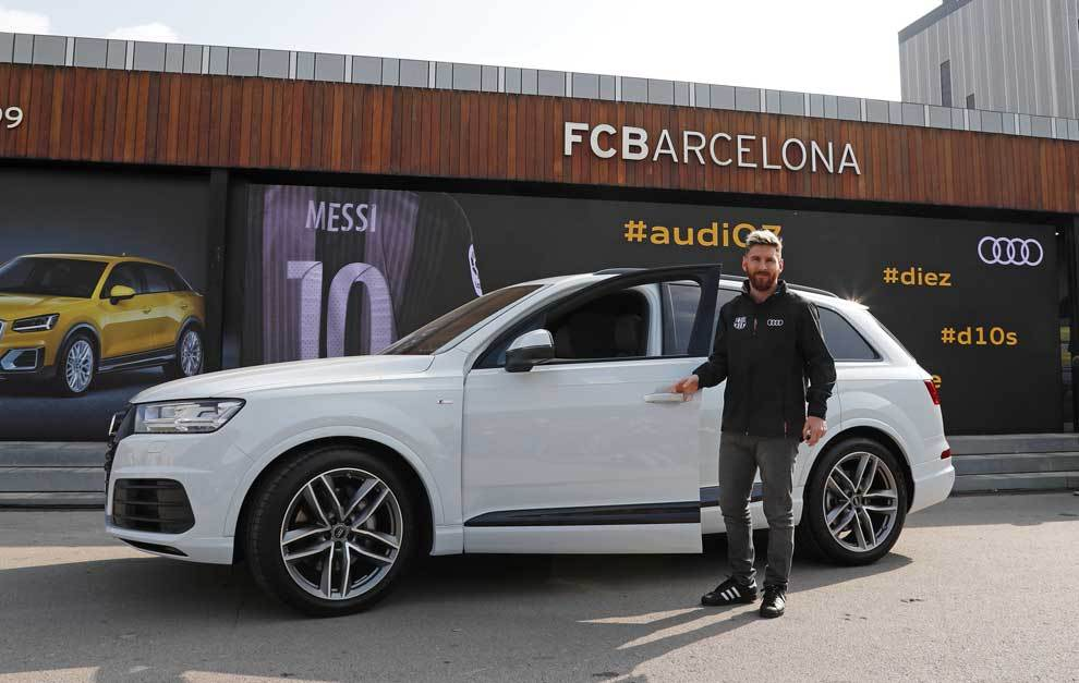 los jugadores del f c barcelona reciben los audi de la temporada 2016 17. Black Bedroom Furniture Sets. Home Design Ideas