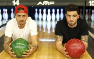 Roger y Jason posan para MARCA en el Planet Bowling de Heron City...