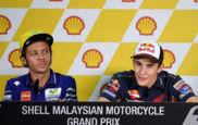 Valentino Rossi mirando a Marc M�rquez durante la rueda de prensa del...