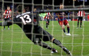 Leo lanzando un penalti ante el Athletic en un partido de Liga de la...