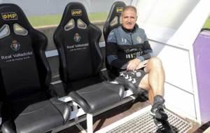 Paco Herrera, en el banquillo de Zorrilla posando para Marca