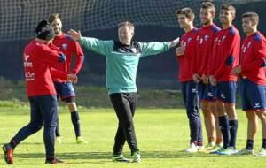 Anquela se dirige a sus jugadores en un entrenamiento reciente