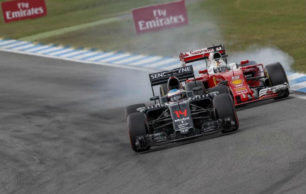 Vettel bloquea ruedas detrás de Alonso en el pasado GP de Alemania.